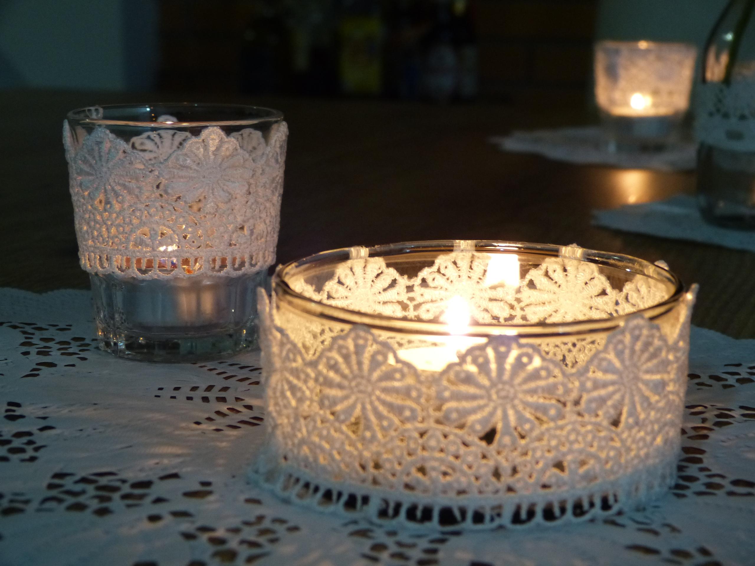 decoracao de jardim gastando pouco:suporte de velas envoltos em faixas de rendas em tecido! Facílimo de